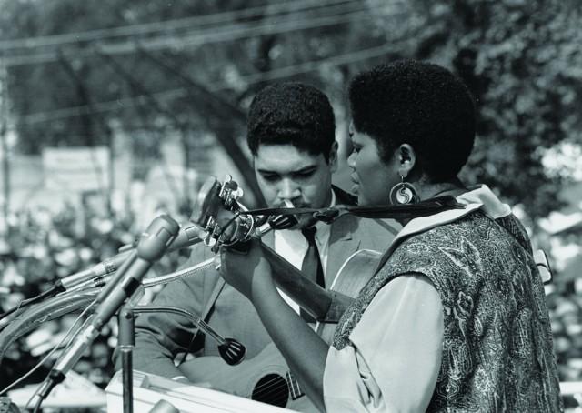 1963年Bruce和Odetta在华盛顿大游行中表演