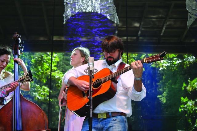 2013年西北偏北吉他手Ken Chapple在俄勒冈波特兰
