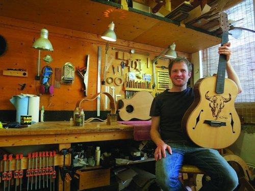 [AG杂志]西部精神:Indian Hill的Mike Kennedy创作出与众不同的展示民谣吉他 AG268