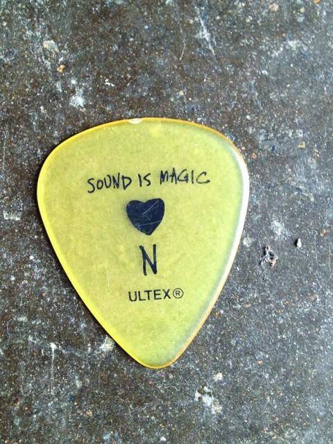 我觉得厚拨片的音色更适合用于表现原声乐器。——NELS CLINE