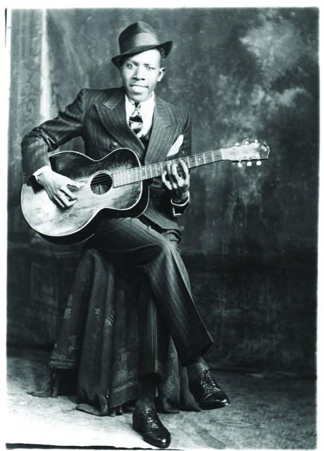 1935年,Robert Johnson手持一把Gibson L1在孟菲斯的Hooks Brothers Studio摆拍了一张照片。
