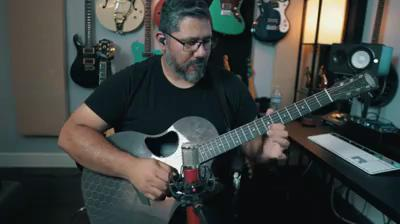 Chris Rocha试弹McPherson全碳纤维蜂巢纹路Sable款吉他