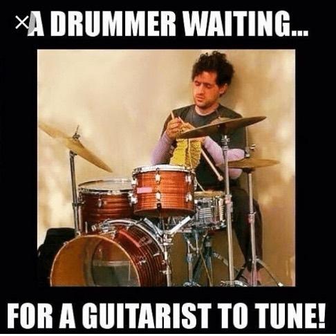 Roadie Tuner分享趣图:鼓手在等待吉他手调弦