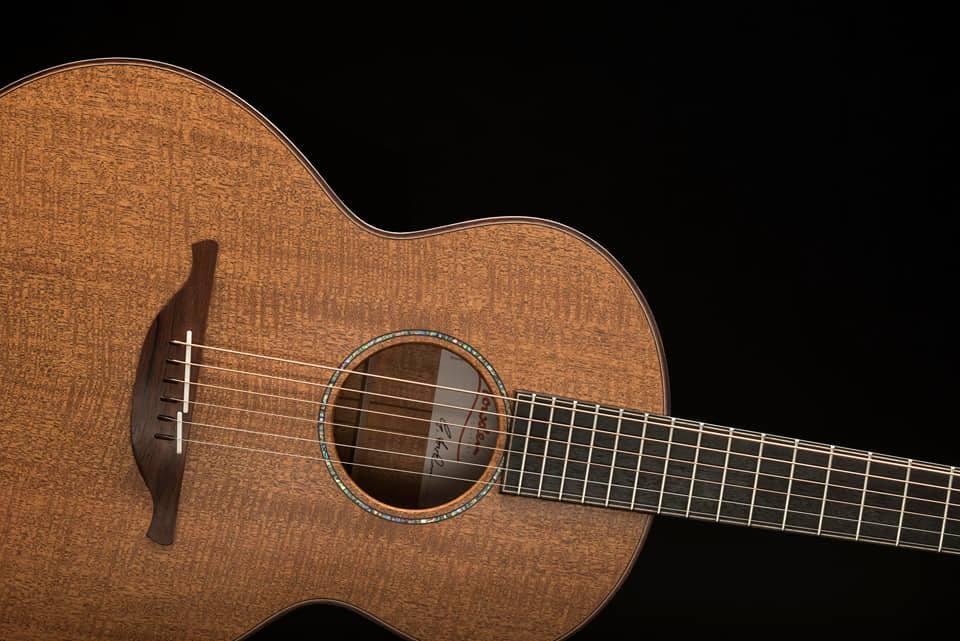 美琴欣赏之Lowden S-35M-琴背纹桃花心木(Fiddleback Mahogany)背侧板&面板